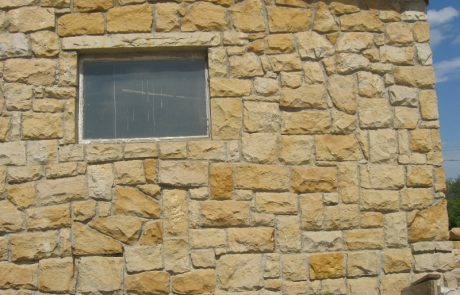 Mauer aus unregelmäßigen Steinen 2
